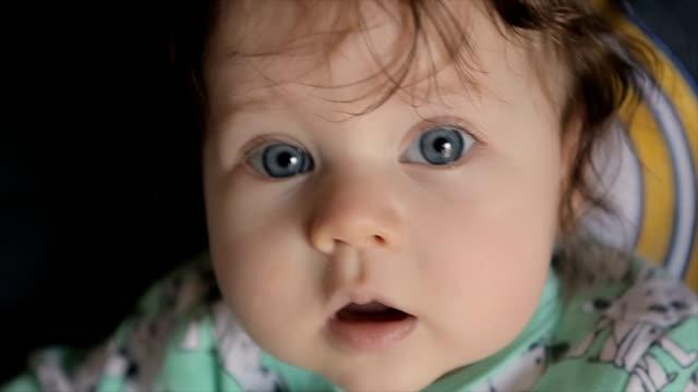piccola bambina carina,vicino - bambino appena nato video stock e b–roll
