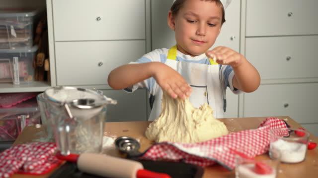 little cute boy chef macht brot mit seiner mutter - 4 5 years stock-videos und b-roll-filmmaterial