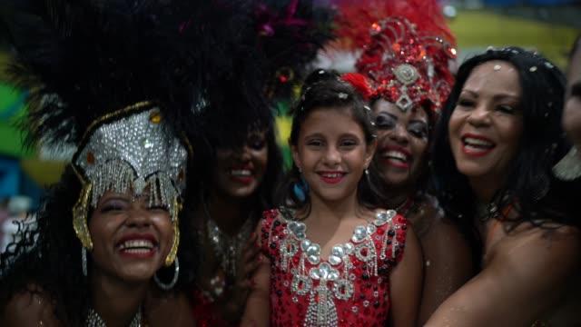 liten söt tjej firar och dansar brasiliansk karneval på skolan karneval - tradition bildbanksvideor och videomaterial från bakom kulisserna