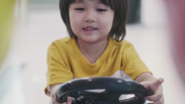 小さなかわいいタイの少年とおもちゃ車 - 在庫ビデオ - 男の赤ちゃん点の映像素材/bロール