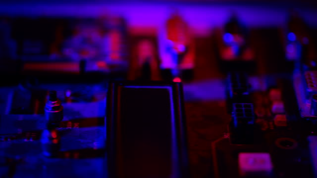 vídeos de stock e filmes b-roll de little ver na placa de circuito - silício