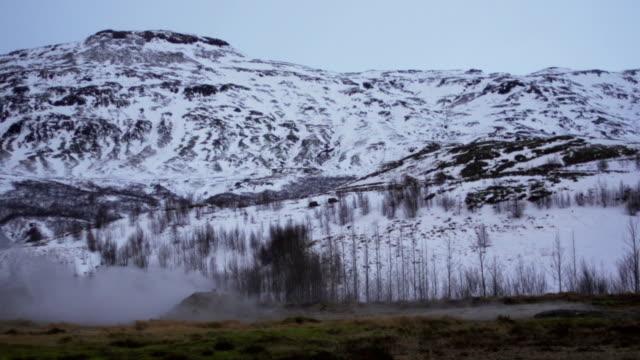 vídeos de stock, filmes e b-roll de little gêiser em erupção - gêiser strokkur