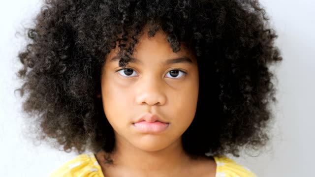 stockvideo's en b-roll-footage met klein meisje na strijd argument discussie - looking at camera
