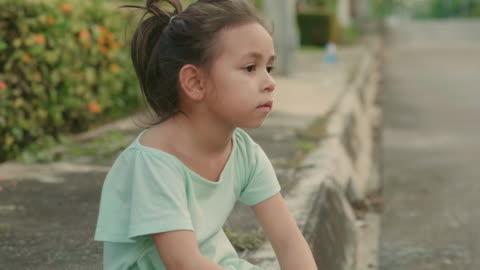 vídeos y material grabado en eventos de stock de pequeña niña después de entrenamiento - niñas