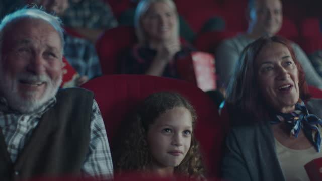 映画館の小さな女の子と祖父母 - 大時計点の映像素材/bロール