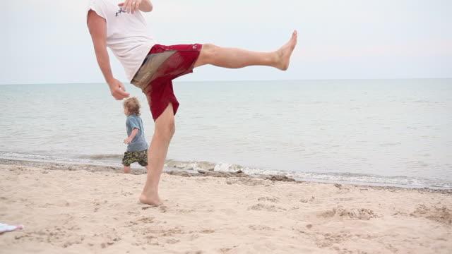 ms pan little girl and little boy runing along beach / toronto, ontario, canada - kelly mason videos stock videos & royalty-free footage