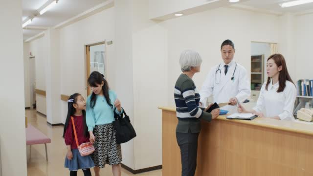 liten flicka och mor walking tidigare sjuk sköterskor station på japanska sjukhuset - sjuksköterskereception bildbanksvideor och videomaterial från bakom kulisserna