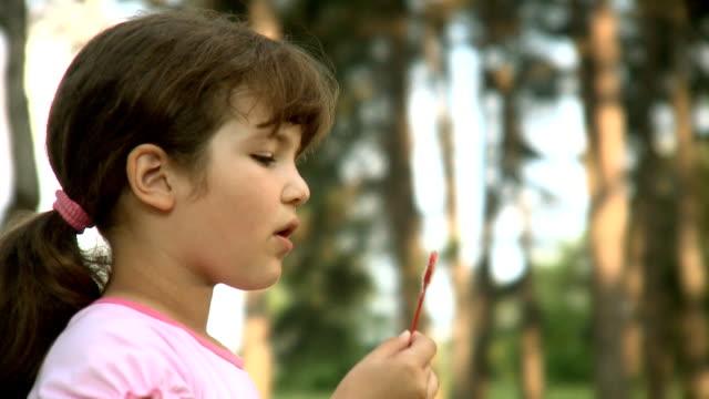kleines mädchen blasen blasen - schaum stock-videos und b-roll-filmmaterial