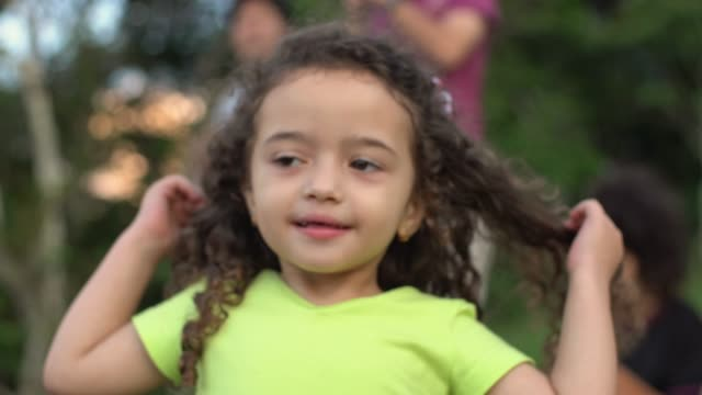 vídeos de stock, filmes e b-roll de menina soprando beijo - cabelo encaracolado