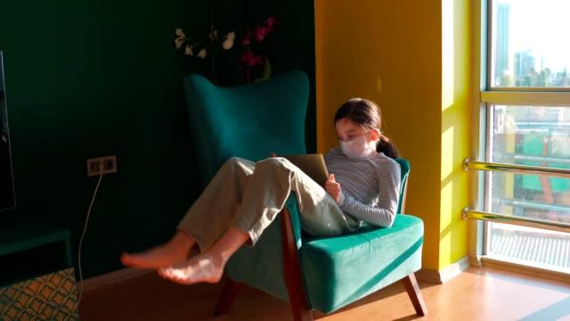 stockvideo's en b-roll-footage met meisje dat thuis bored, spelend met een digitale tablet - e learning