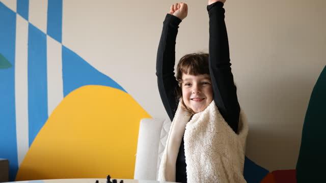 チェスゲームで彼女の勝利を祝う小さな女の子 - dia点の映像素材/bロール