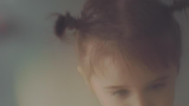 vídeos de stock, filmes e b-roll de menina comemorando - bebês meninas