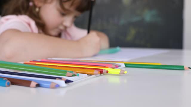 使用する色鉛筆を選択する小さな女の子 - dia点の映像素材/bロール