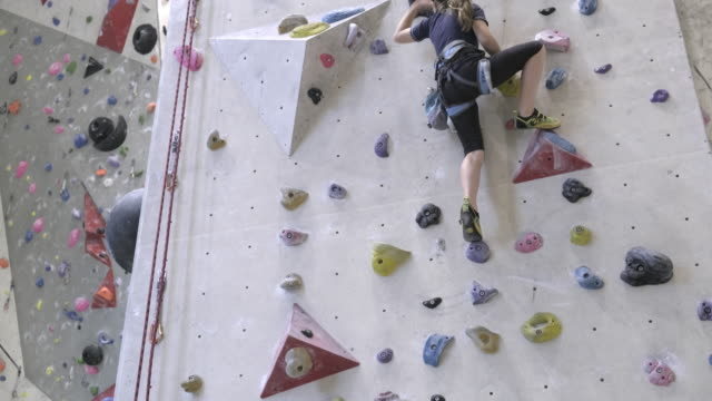little girl climbing on indoor climbing wall - free climbing stock videos & royalty-free footage