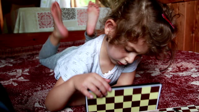 vidéos et rushes de petite fille refermer la boîte de jeu d'échecs et le met de suite - série d'émotions