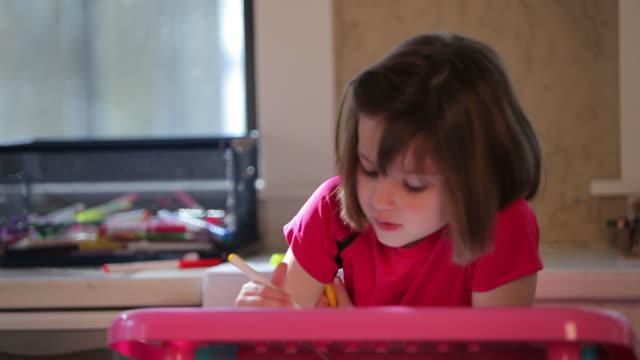 vidéos et rushes de petite fille à colorier une photo - nez humain