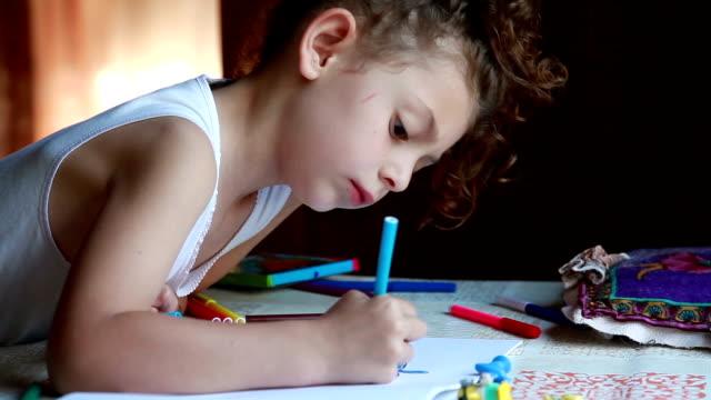 スケッチブック内の小さな女の子の着色写真 - 横顔点の映像素材/bロール