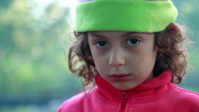 vídeos y material grabado en eventos de stock de pequeña niña cubriendo su nariz de humo - malos olores