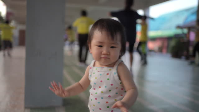 kleines mädchen tanzen aerobe übung. - hüfte stock-videos und b-roll-filmmaterial