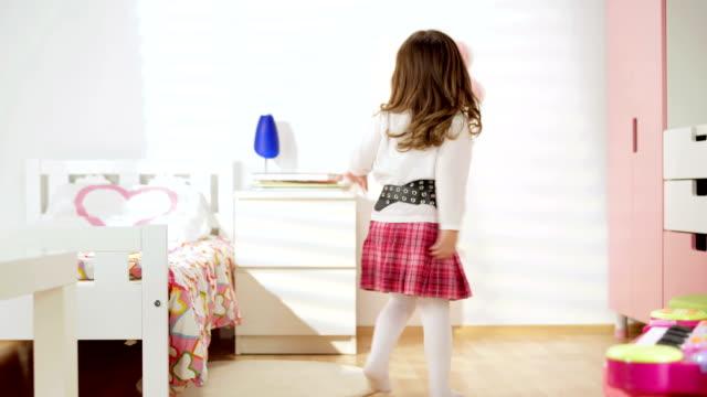 DOLLY HD: Little Girl Dancing en su habitación