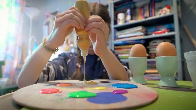 kleines mädchen dekorieren ostereier im kinderzimmer - happy easter stock-videos und b-roll-filmmaterial
