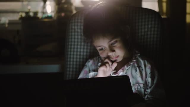 vídeos de stock, filmes e b-roll de uma menina fazer lição de casa na tablet digital. - portability