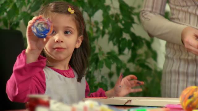 hd: kleines mädchen macht kunst - kunst und kunsthandwerk stock-videos und b-roll-filmmaterial