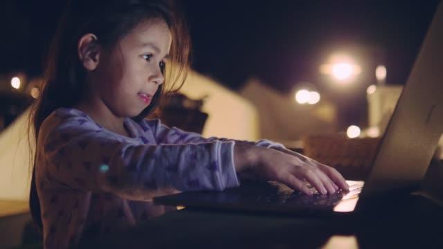 stockvideo's en b-roll-footage met klein meisje dat huiswerk doet - 6 7 jaar