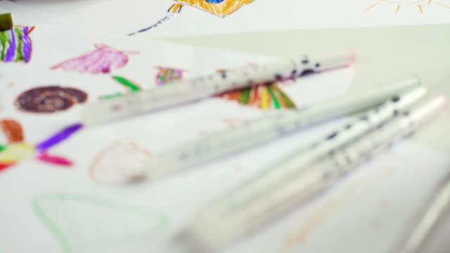 テーブルの後ろに小さな女の子図面 - 学校備品点の映像素材/bロール