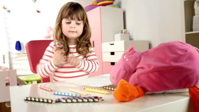 vídeos de stock, filmes e b-roll de hd: menina desenho no quarto - animal de brinquedo