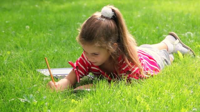 kleines mädchen zeichnen in park - 4 5 jahre stock-videos und b-roll-filmmaterial