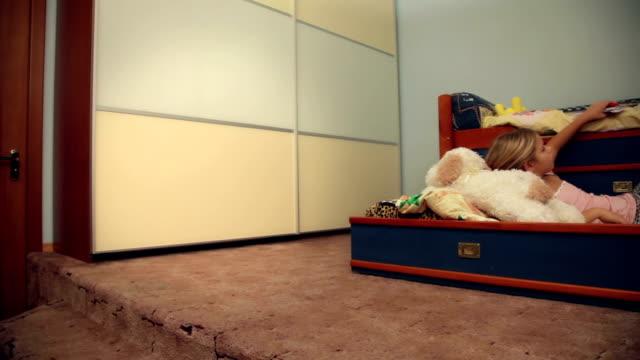 stockvideo's en b-roll-footage met little girl drawing - dubbel bed
