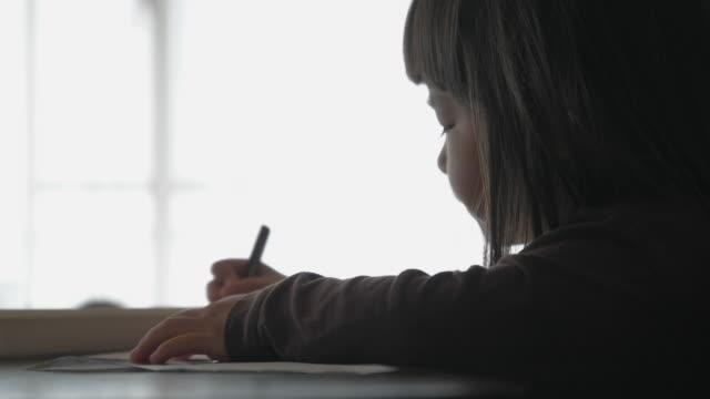 vídeos y material grabado en eventos de stock de niña pequeña dibujando con lápiz en casa. - estudio habitación