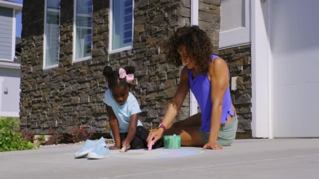 歩道チョークで描く少女 - チョーク点の映像素材/bロール
