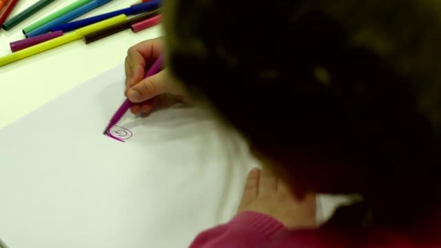 vidéos et rushes de little girl draws her family - famille d'accueil