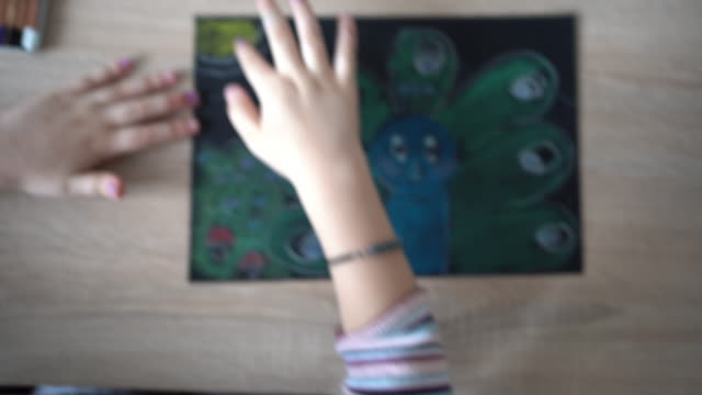 vídeos de stock, filmes e b-roll de menina desenha cores pastel em casa - papel
