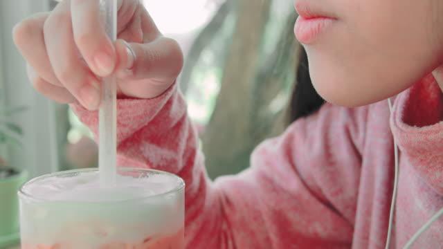 slo mo kleines mädchen trinkt saft durch einen strohhalm - strohhalm stock-videos und b-roll-filmmaterial