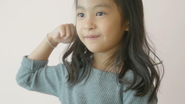 マグカップからミルクを飲む少女 - マグカップ点の映像素材/bロール
