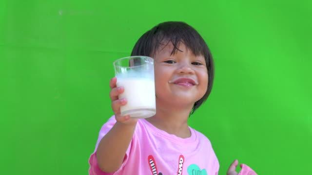 vídeos y material grabado en eventos de stock de little girl drinking milk - niñas