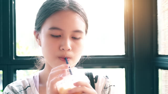 little girl drinking water through a straw - coda di cavallo video stock e b–roll
