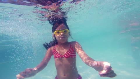 stockvideo's en b-roll-footage met little girl ducking underwater - swimwear