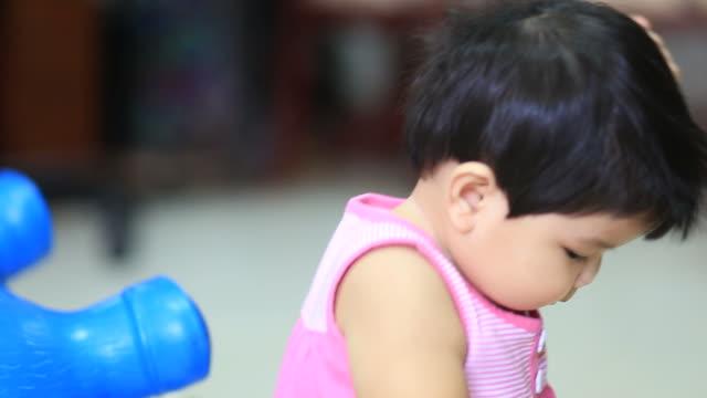 vidéos et rushes de petite fille manger du riz - bouche humaine