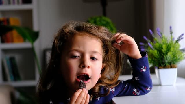 liten flicka äter choklad - endast en flickbaby bildbanksvideor och videomaterial från bakom kulisserna