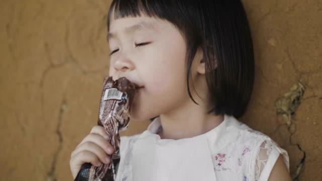 アイスクリームを食べる少女