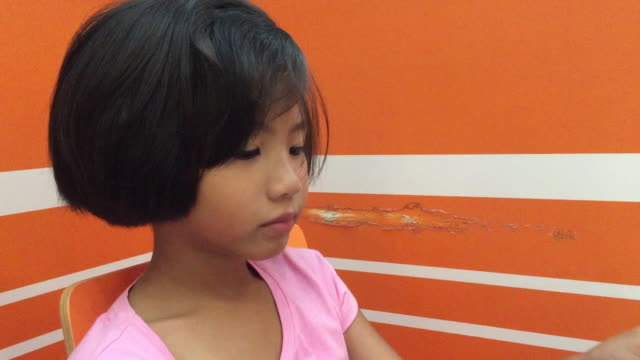 ティースプーンでアイスクリームを食べる小さな女の子 - アイスクリームスクープ点の映像素材/bロール