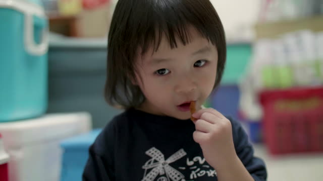 vidéos et rushes de petite fille mange riz gluant - riz céréale