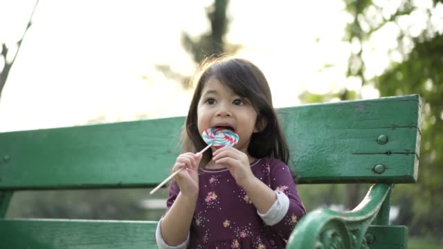 vidéos et rushes de petite fille bénéficiant d'une sucette - langue humaine
