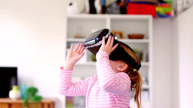 vídeos de stock e filmes b-roll de little girl experiencing virtual reality - astronomia