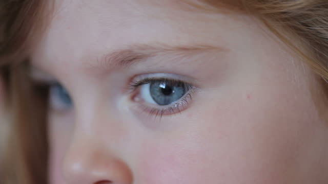 stockvideo's en b-roll-footage met little girl eye - concentratie