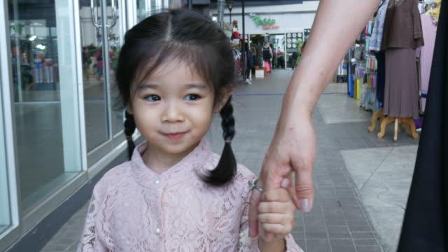 lilla flickan handen håller tillsammans med mamma